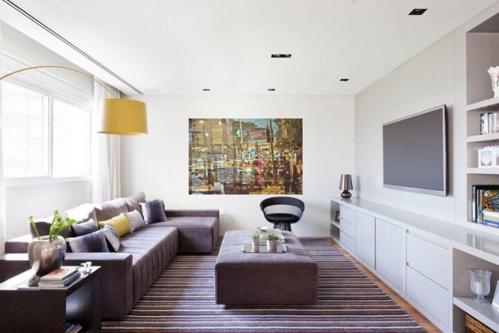 Decoração de sala com sofá com chaise e pufe amplo usado como mesa de centro Projeto de Suite Arquitetos