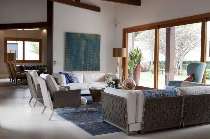 Decoração de sala com sofá e poltronas brancos Projeto de Deborah Roig