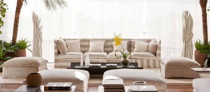 Decoração de sala com tons claros e plantas Projeto de Olegário de Sá