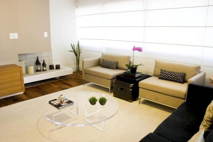 Decoração de sala de estar com mesa de centro de acrílico Projeto de Patricia Kolanian
