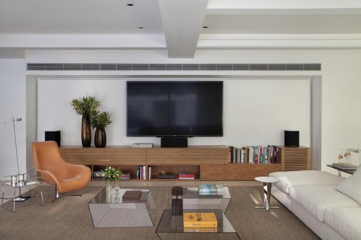 Decoração de sala de estar com mesas de centro transparentes Projeto de Gisele Taranto