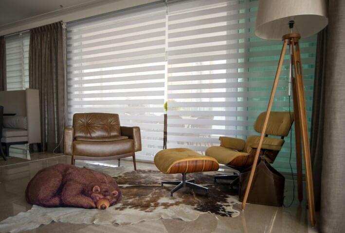 Decoração de sala de estar com poltrona Charles Eames e puff de urso Projeto de Orlane