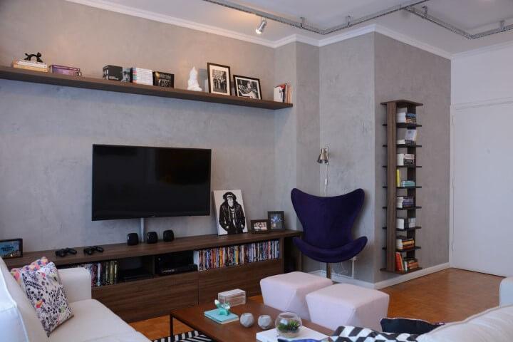 Decoração de sala de estar com poltrona azul Projeto de Nathalia Bilibio Schwinn