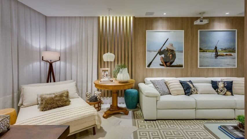 Decoração de sala de estar com revestimento de madeira e cores claras Projeto de Escritório Renata Pisani