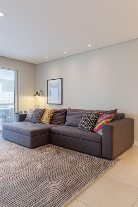 Decoração de sala de estar com sofá cinza e almofadas coloridas Projeto de Anna Maria Parisi