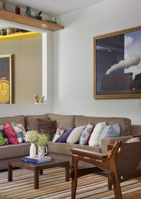 Decoração de sala de estar com sofá marrom e almofadas coloridas Projeto de Artis Design