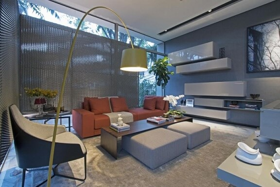 Decoração de sala de estar em tons de cinza com sofá terracota Projeto de Joia Bergamo