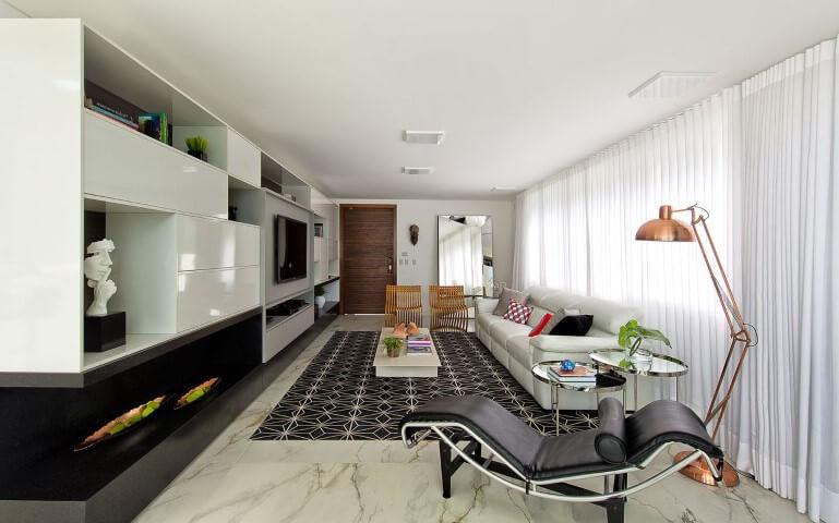 Decoração de sala de estar em tons de preto e branco Projeto de Espaco do Traço