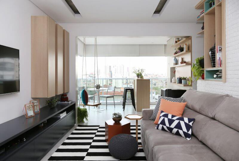 Decoração de sala de estar integrada à varanda gourmet Projeto de Bianchi Lima