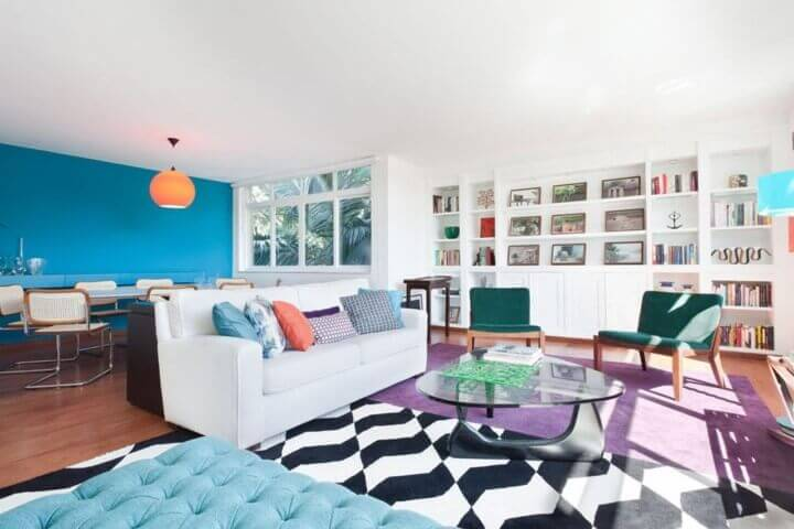 Decoração de sala integrada colorida Projeto de Suite Arquitetos