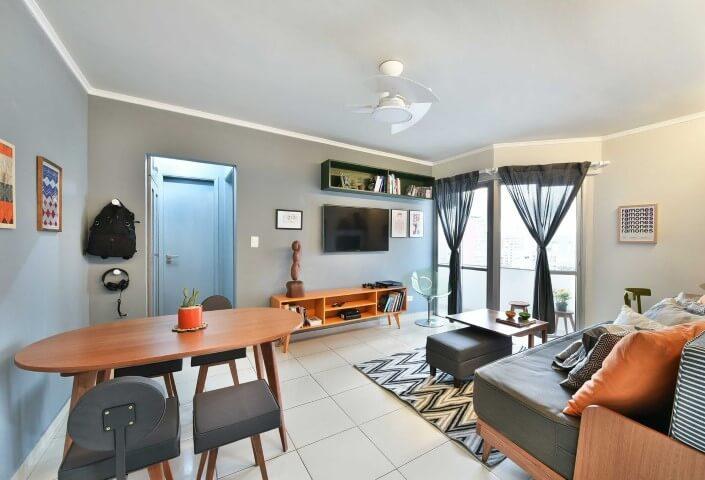 Decoração de sala integrada com tons de azul, branco, cinza e laranja Projeto de Move Móvel
