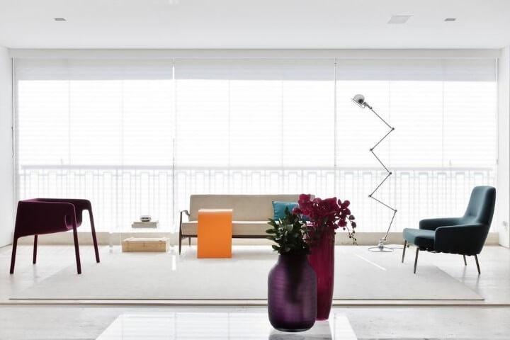 Decoração de sala minimalista com sofá tradicional e poltronas Projeto de Suite Arquitetos