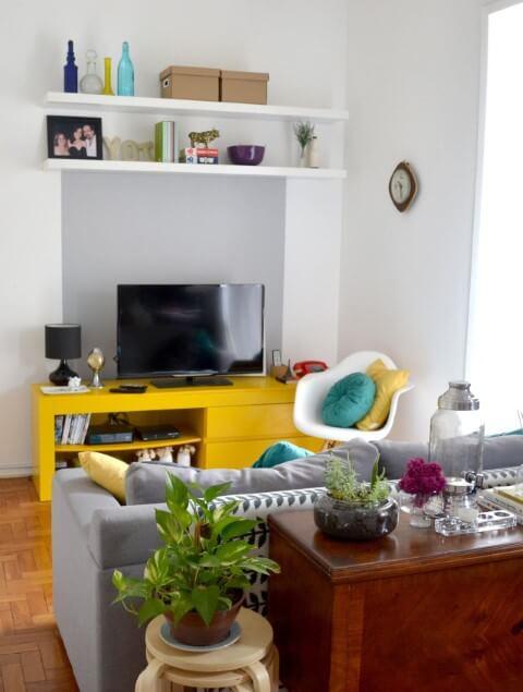 Decoração de sala pequena com rack amarelo Projeto de Camila Muniz