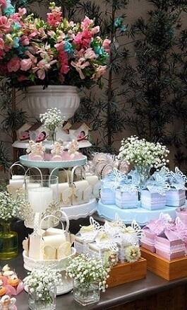 Decoração jardim encantado em tons pastel com vaso e flores coloridas Foto de Constance Zahn