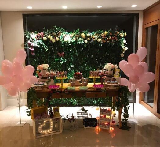 Decoração jardim secreto em ambiente fechado com painel feito de folhas e flores Foto de Cor de Framboesa