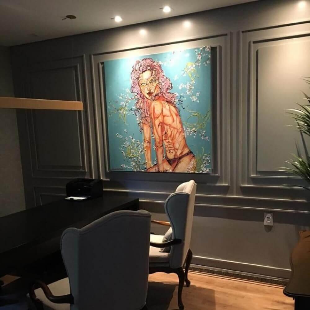 Decoração moderna para escritório com boiserie pintado de cinza e grande quadro Foto Dayane Moreschi
