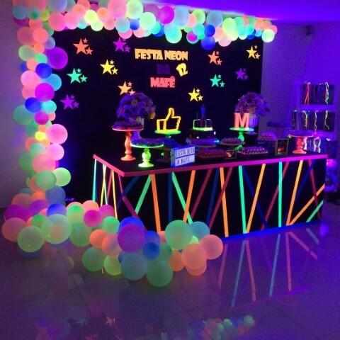 Decoração neon com balões e lâmpadas Foto de Pinterest