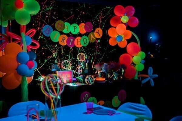 Decoração neon com balões e tinta colorida Foto de Kara's Party Ideas