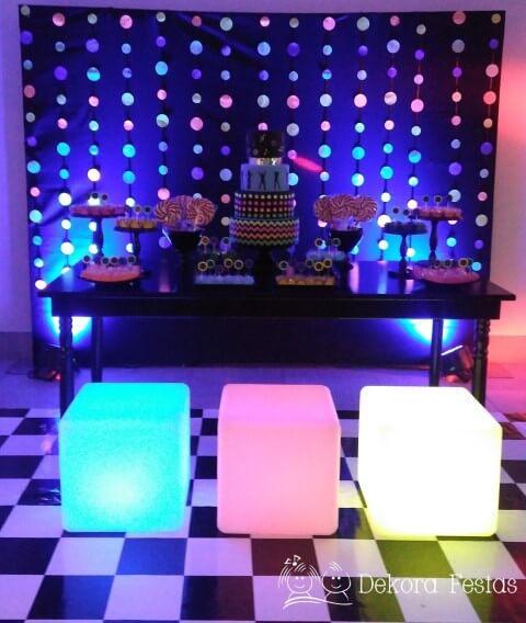 Decoração neon com bancos luminosos Foto de Dekora Festas
