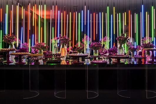 Decoração neon com bastões luminosos na vertical Foto de Festas Site