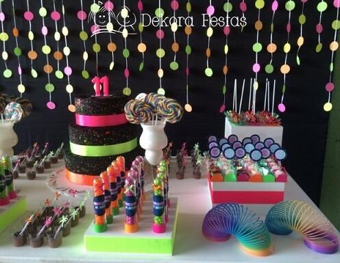 Decoração neon com bolo e doces em cores neon Foto de Dekora Festas