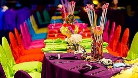 Decoração neon com cadeiras e mesas coloridas Foto de Pinterest