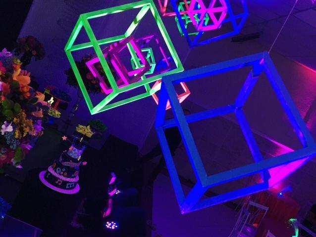 Decoração neon com cubos decorativos que brilham no escuro Foto de OLX