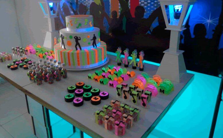 Decoração neon com doces e embalagens em cores neon Foto de Montando Festa