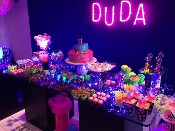 Decoração neon com letreiro com o nome da aniversariante Foto de Pinterest