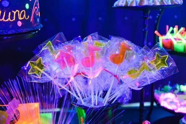 Decoração neon com pirulitos coloridos Foto de Roteiro Baby
