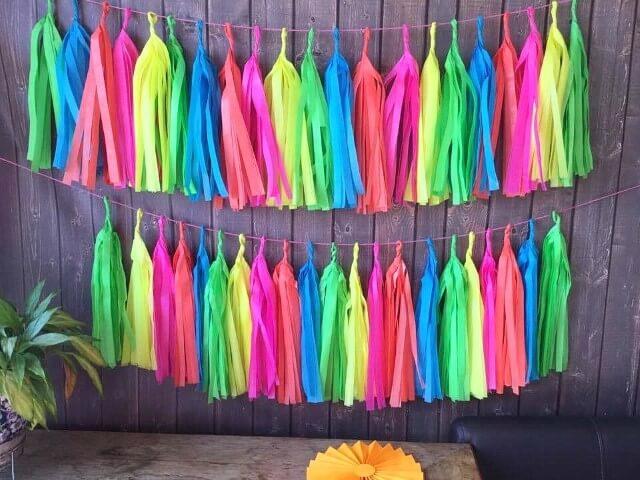Decoração neon com pompons Foto de Bolle Blu Party