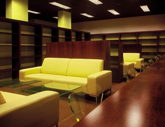 Decoração neon com sofás amarelos Projeto de Brunete Fraccaroli