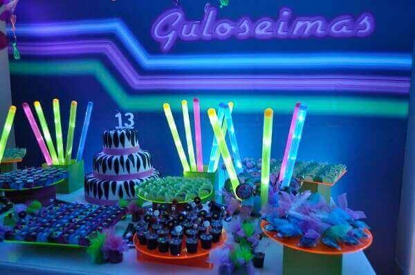 Decoração neon com bastões coloridos luminosos e letreiro Foto de Les Enfants