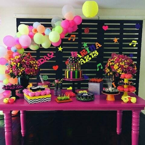 Decoração neon em balões coloridos Foto de Deskgram