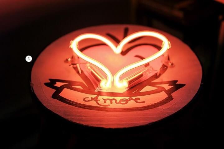 Decoração neon em formato de coração Projeto de Casa Aberta