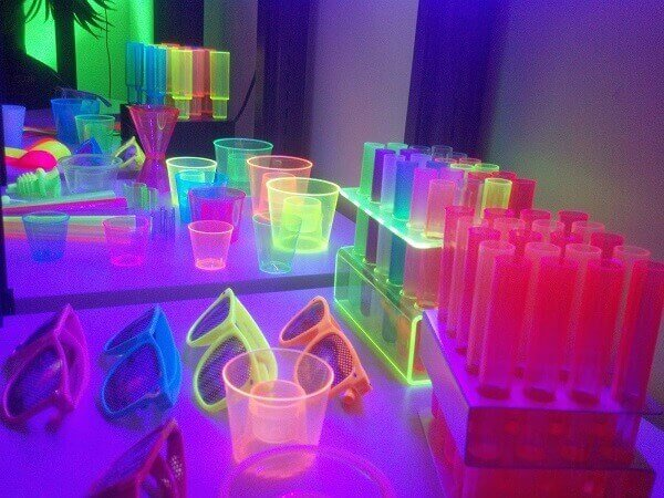 Decoração neon em itens da mesa Foto de Pinterest