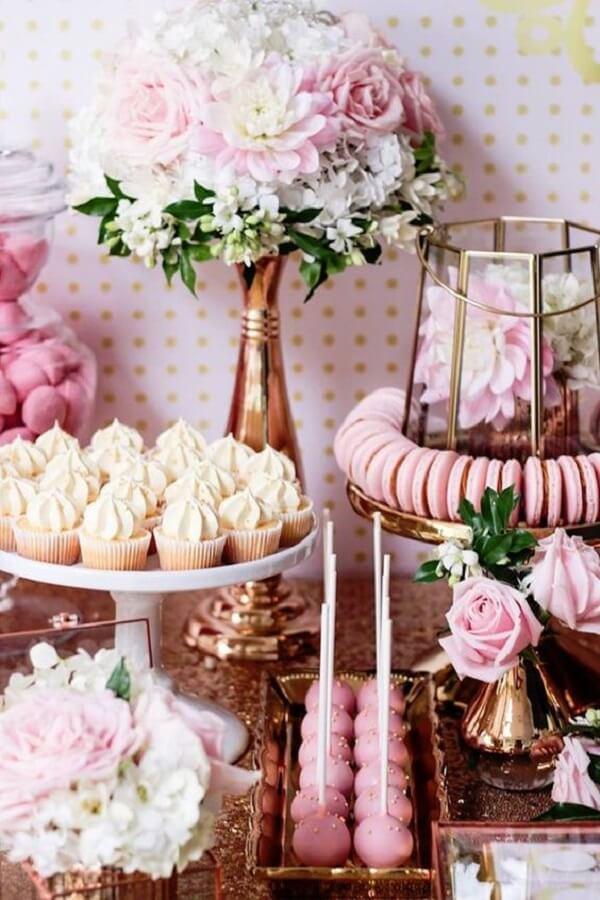 Detalhes delicados da mesa do bolo