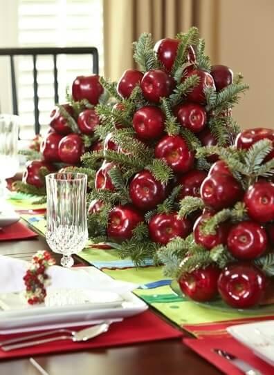 Enfeite de mesa de ceia de natal feito com frutas e galhos Foto de Style Estate
