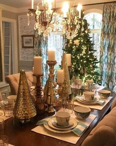 Enfeites dourados de mesa de ceia de natal Foto de Nestled