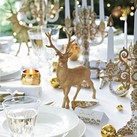 Enfeites dourados em mesa de ceia de natal Foto de Amazon