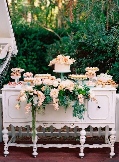 Festa jardim encantado ao ar livre com mesa de bolo e doces Foto de Pinterest