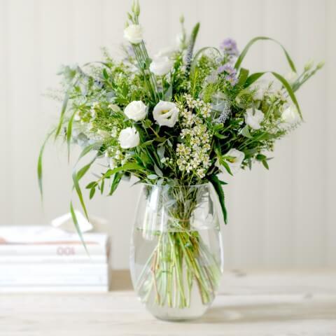 Flor de campo branca em arranjo Foto de Flower Studio Shop