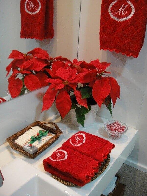Flor de natal na decoração de banheiro