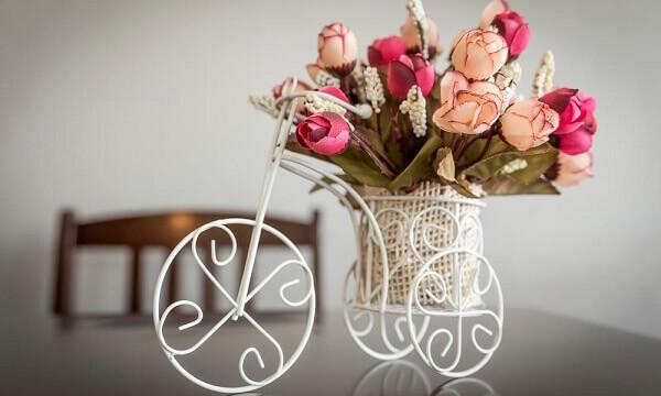 Flores artificiais decoram todos os cômodos da casa
