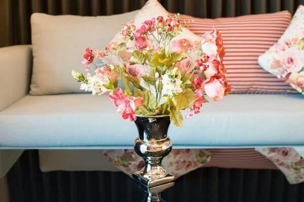 Flores artificiais em mesa na sala de estar