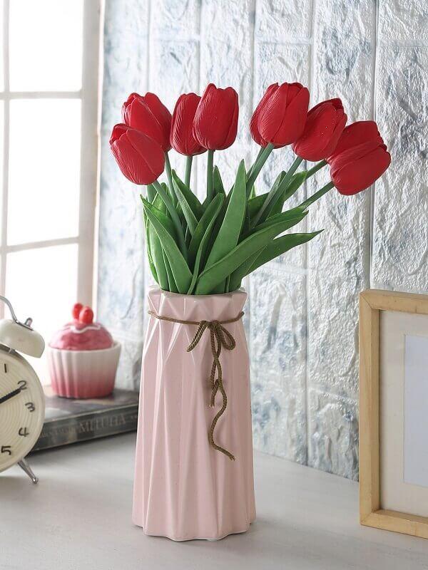 Flores artificiais em mesa