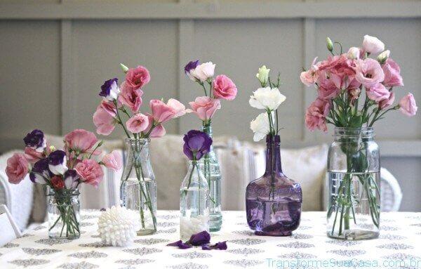 Flores artificiais em pequenos vasos