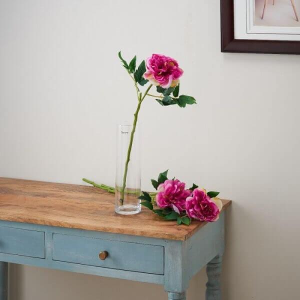 Flores artificiais em prateleira