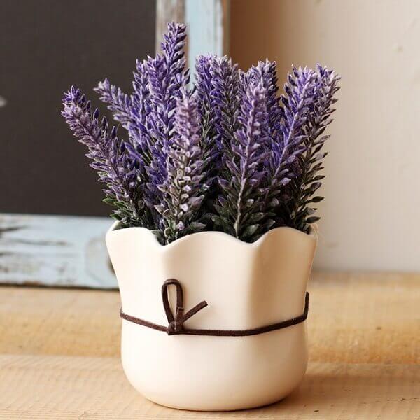 Flores artificiais em vaso cerâmico