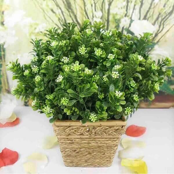 Flores artificiais em vaso rústico